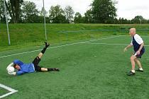 KAREL FUCHS při tréninku s nadějným brankářem Dominikem Flídrem.