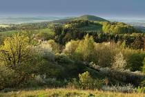 Kaňkovy hory. Krajinná scenérie ze zříceniny hradu Lichnice směrem ke Kaňkovým horám.