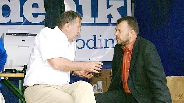 Podnikatel Milan Kušta (vpravo) debatuje s poslancem Ladislavem Libým.