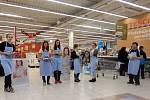Národní potravinová sbírka. Na pomoc potřebným se v chrudimském obchodním domě nashromáždilo 846 kilogramů trvanlivých potravin a jídel.