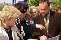 Místostarosta Vítězslav Kolek představuje občanům studii dopravních změn.