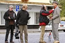 I před Divadlem Karla Pippicha se televizní štáb pečlivě připravoval  na natáčení dalšího obrazu pořadu o chrudimské architektuře.