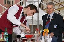 Na třetím ročníku soutěže Gastro Bohemia předáděli divákům na chrudimském náměstí Josefa Ressela svoje umění barmani i kuchaři.