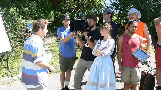 Herec Vít Rohr odříkává repliku před kamerou.