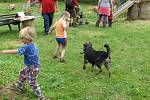 OBOŘICE JEDNA BÁSEŇ. Takový byl název sobotního odpoledne v malé osadě u Nasavrk. Místní lidé zorganizovali kulturně společenské setkání, a to zejména pro radost dětí. Muzicírovalo se, ve stodole zněly básně.