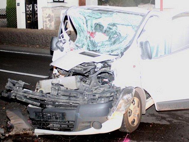 Řidič narazil 11. dubna 2011 s dodávkou do stromu na cestě mezi Chrudimí a městem Slatiňany.