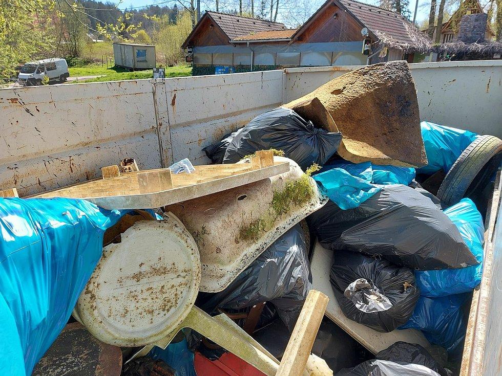 Svinčík u Sečské přehrady vyčistilo 40 dobrovolníků