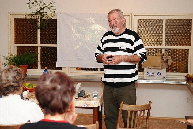 V DOMĚ PEČOVATELSKÉ SLUŽBY v Třemošnici se konala v pátek před uplynulým víkendem beseda se známým léčitelem Pavlem Váňou z Nového Bydžova, kterého znají mnozí pod pojmem bylinář Váňa.