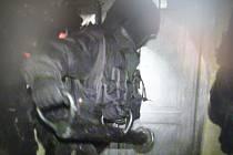 """Policisté si museli dveře """"otevřít"""" beranidlem"""