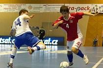 Nejaktivnějším z českých hráčů a autorem druhého gólu byl Petr Oliva (v červeném) z Era-Packu Chrudim.