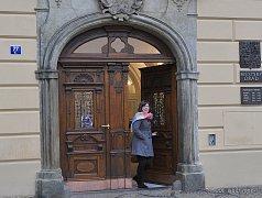 Vstupní dveře do radnice prošly restaurátorským zásahem.