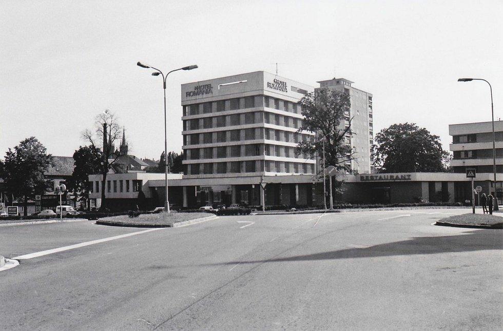 Na černobílé fotografii je hotel Romania nově vystaven, barevný snímek pochází z ledna 2013, kdy byla zahájena rekonstrukce objektu. Dosud však nebyla ukončena.