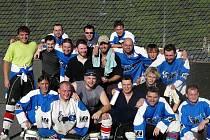 Hokejbalisté Jokeritu Chrudim se radují z postupu do II. ligy.