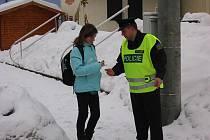 Policista z Preventivně informační skupiny Chrudim se vydal se dvěma policisty z chrudimské dopravní služby oslovovat chodce u jednoho z frekventovaných přechodů na ulici T. G. M. ve Slatiňanech.