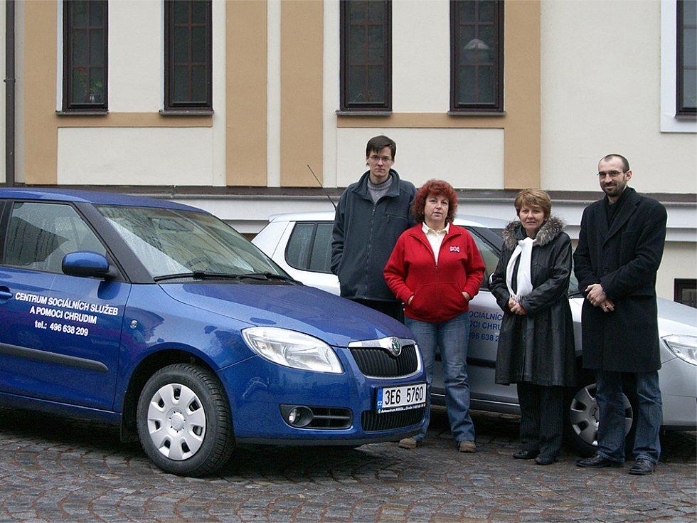 Vozový park Centra sociálních služeb a pomoci Chrudim se včera rozrostl o dvě nová vozidla.