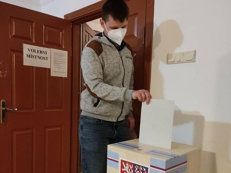 Volby student spojil s návštěvou hlavního města vzdálené země.