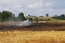 Požár pole u Ronova nad Doubravou