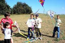 Děti z družiny při Základní škole Školní náměstí v Chrudimi pouštěly na Větrníku draky.