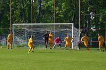 Utkání domácí Jiskry s Libišany si ve  fotbalovém areálu v heřmanoměstecké Bažantnici  nenechaly ujít více než tři stovky diváků.