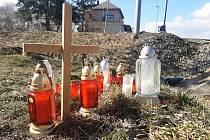 Pietní místo k uctění dvou obětí čtvrteční nehody u přejezdu v Zaječicích, kde spěšný vlak smetl auto. Jeho posádka na místě zemřela