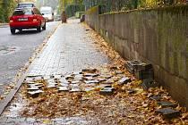 Chodník v Olbrachtově ulici je opravený jen z poloviny.