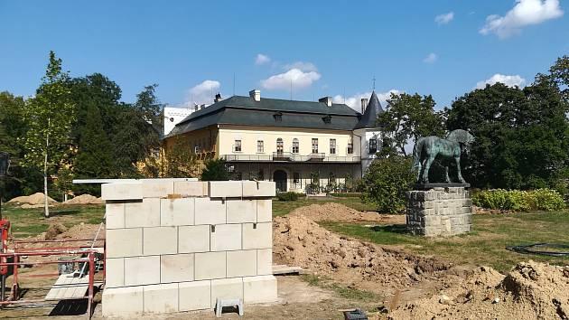 Sochu koně ve slatiňanském zámeckém parku čeká stěhování.
