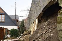 V Lázeňské ulici se zřítila část hradební zdi.