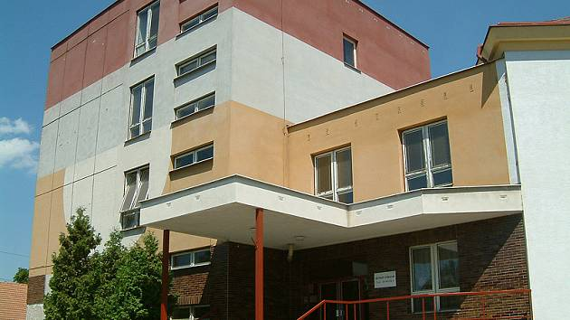Budova biskupského gymnázia ve Skutči.