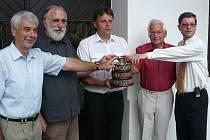 Na výstavě mapující 120 let trvání chrudimského tenisového klubu je k vidění i replika Davisova poháru.