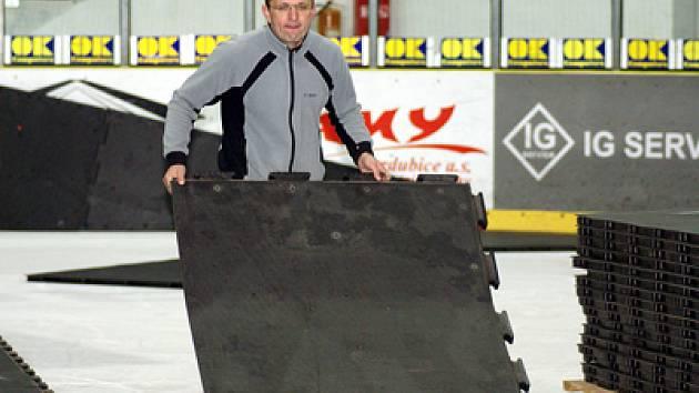 Přípravy zimního stadionu pro futsalová klání.