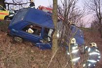 Řidič u Podhůry narazil s favoritem do stromu.