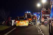 Při nehodě tří osobních vozidel a bagru mezi Bylany a Heřmanovým Městcem bylo pět osob zraněno.