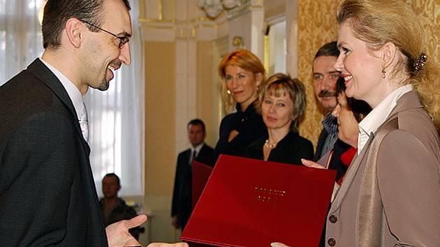 Starosta Chrudimě Jan Čechlovský předává pamětní list primátorce Karlových Varů Veronice Vlkové.