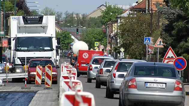 Pátek 2. května 2008: Oprava vozovky na hlavním tahu ve Slatiňanech probíhá za provozu. Městu hrozí dopravní kolaps.
