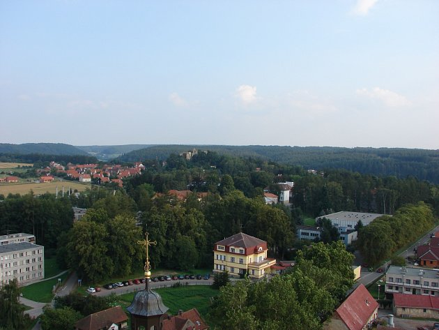 Pohled na Hamzův park z věže lužského kostelu.