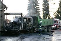 Zničená nákladní auta.