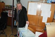 Starosta Biskupic  Ladislav Běhounek šel příkladem, volební lístek vhodil do urny jako první.