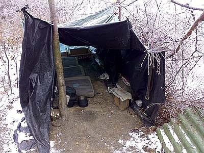 Bezdomovec přespával pod tímto igelitovým přístřeším.