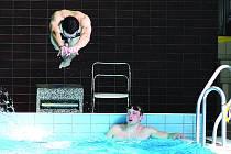 Dosáhnutí jednoho plavce bylo povelem pro start dalšího člena štafety.