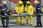 Bázen LN 2008: Hasiči vynášejí během simulované havárie chlóru z hlineckého bazénu zasaženého pracovníka ze strojovny.