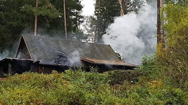 Hoří dřevěná chatka v Kraskově