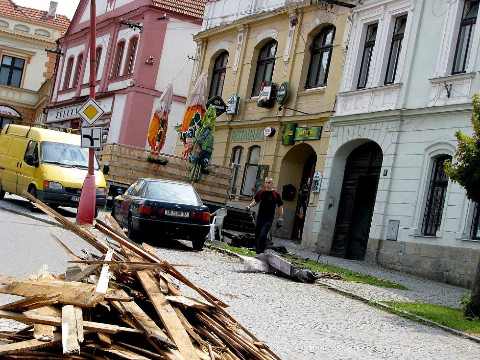 Následky řádění středeční večerní vichřice v Luži na Chrudimsku.
