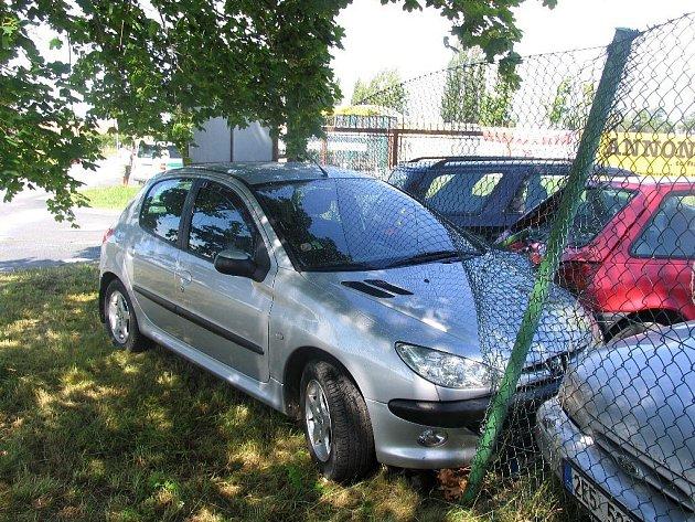 Řidička chtěla zabránit srážce. Strhla proto řízení do protisměru, ale narazila do plotu.