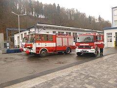K požáru haly ve firmě v Třemošnici vyjíždělo v neděli 22. listopadu v 9.24 hodin šest jednotek hasičů (profesionální ze Seče a Chrudimi a dále dobrovolné z Třemošnice, Seče, Prachovic a Ronova nad Doubravou).