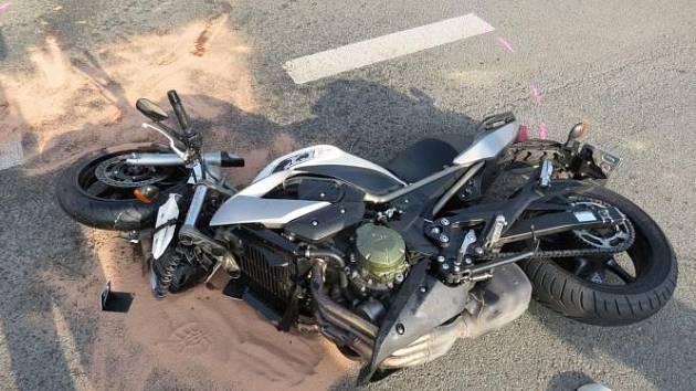 Motorkář nepřežil střet automobilem v Lupenicích na Rychnovsku.