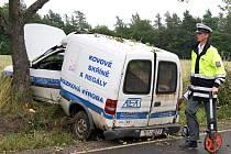 Řidička se dostala mimo vozovku a narazila bokem vozu do stromu.