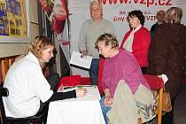 Návštěvníci slatiňanského Dne zdraví využili nabídky bezplatného měření tuků, cukrů a dalších látek v těle člověka.