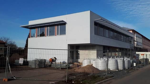 Přístavba školy pokračuje