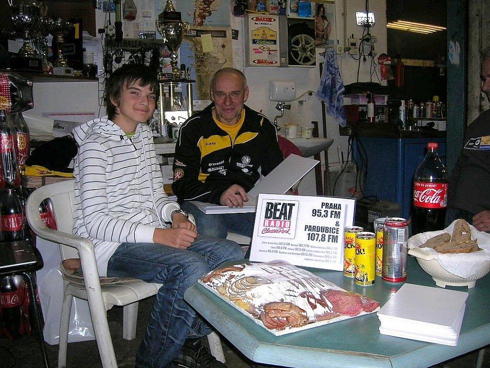 Pardubický motokárový jezdec Jindřich Vohnout mladší s legendou Rallye Dakar Josefem Macháčkem.