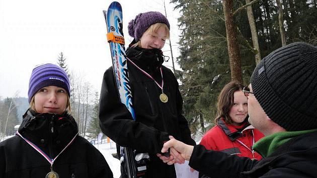 Tradičního lyžařského závodu Štít města Chrudimě se zúčastnilo 80 mládežníků a 33 veteránů.